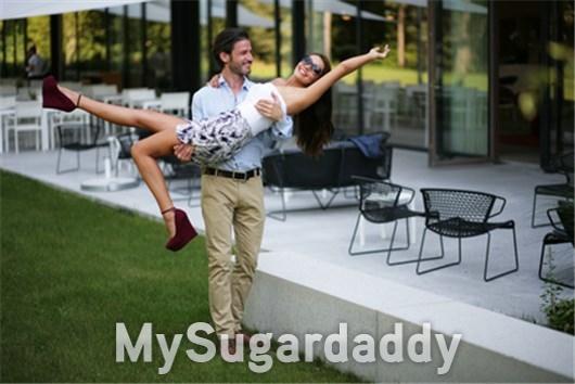 Der fürsorgliche Sugardaddy trägt sein Sugarbabe auf Händen.
