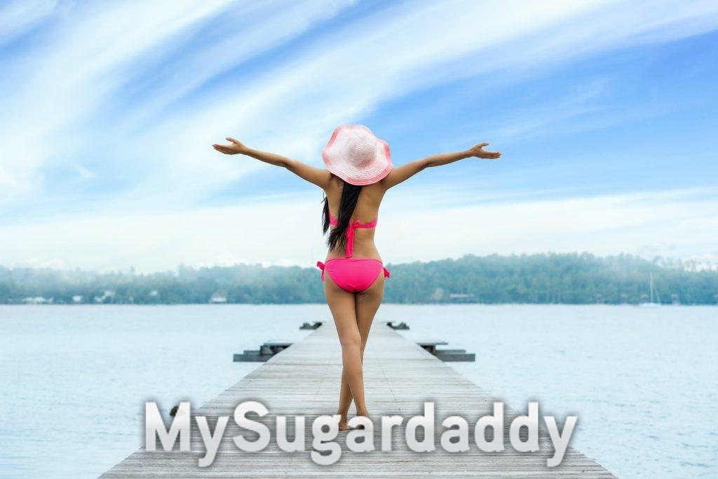 Ein Frau genießt ihre Freiheit und entspannt auf einem See. Ein Luxus für viele. Sich die Zeit zu nehmen nur für sich alleine zu sein.