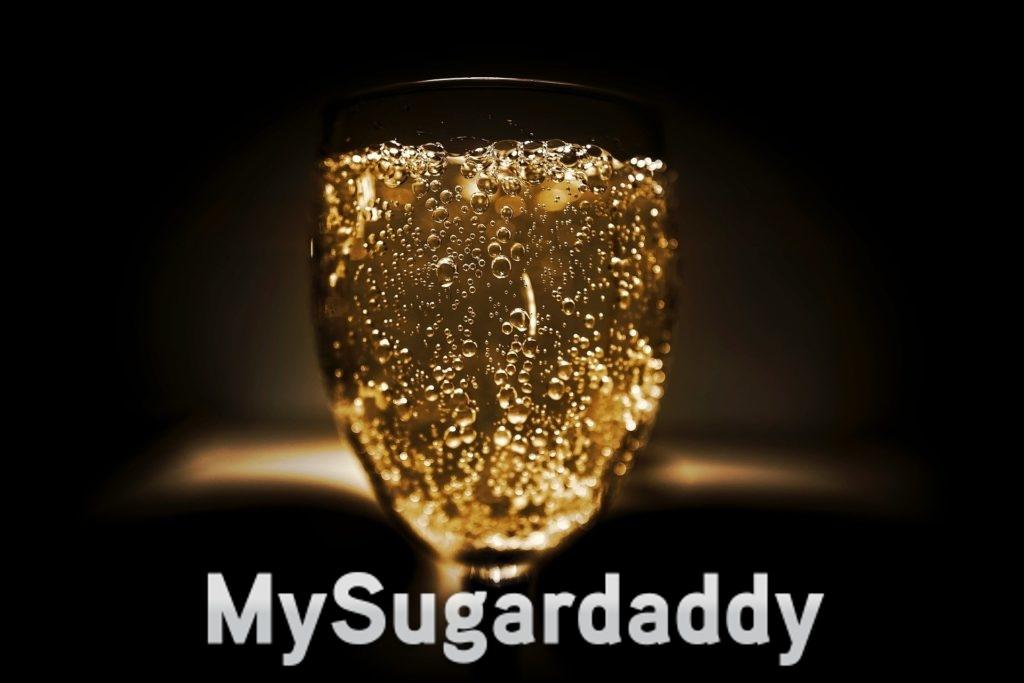 Eine luxuriöse Champagne. Ein schwarzer Hintergrund und ein Glass Champagner zentriert. Die Farbe der Champagne sieht wie Gold aus.